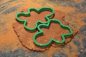 easy garland with cinnamon dough ornaments