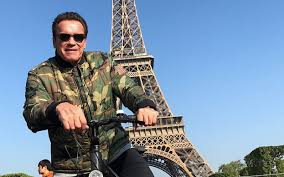 arnold schwarzenegger photobombs unsuspecting tourists in paris