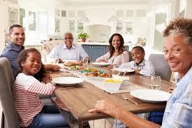 cuisine famille famille multi de noir de génération à la table de cuisine pour un