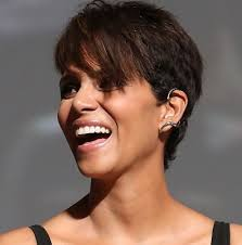 wearing ear cuffs beautytiptoday halle berry walks carpet wearing ear
