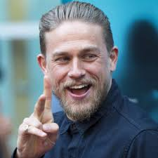 how to get thecharlie hunnam haircut charlie hunnam on the red carpet july 2016 popsugar celebrity
