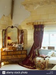 antiker schminktisch mit dreifach spiegel im schlafzimmer mit