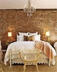 chandelier night stand l caractérielle l incontournable mur de briques sélection déco
