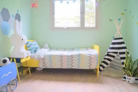chambre enfant verte design interieur aménagement chambre enfant lit jaune peinture vert