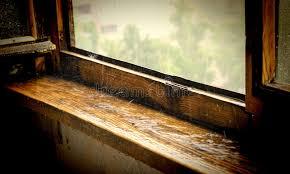 davanzali interni in legno vecchio davanzale di legno della finestra sotto una pioggia di