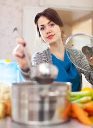 femme en cuisine femme cuisine soupe à laddle télécharger des photos