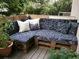 blumen fã r balkon gemütliche sitzecke aus paletten einfache diy idee für balkon