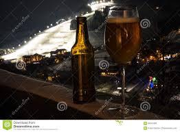 glas balkon glas en fles met ambachtbier op een balkon bij het ski en dorp