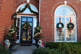 Wreaths For Windows 2 Easy Ways To Hang Wreaths Dixie Delights