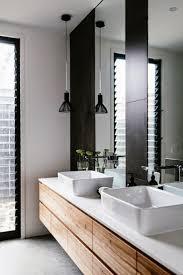 mooi twee aparte smalle spiegels die van wasbak tot bijna aan