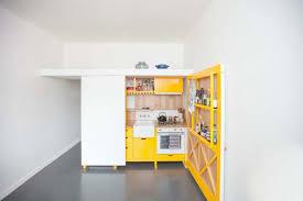 cuisine cacher cuisine équipée jaune que l on peut cacher dans un placard