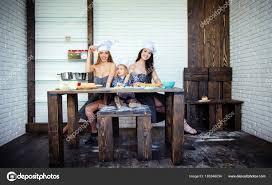 deux filles en cuisine garçon et deux filles assis à la table de la cuisine photographie