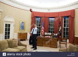 bureau president americain le président américain barack obama lance un football dans le bureau