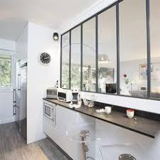 bar de cuisine cuisine en longueur avec verrière et bar intégré dans cuisine