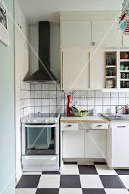 50er jahre k che 50er jahre küche mit schachbrettboden bild kaufen living4media