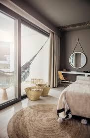 tapis rond chambre chambre à coucher tapis rond beige murs en couleur taupe tapis