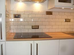credence cuisine metro carrelage metro aubergine simple chambre blanc et aubergine u
