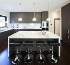 plafond cuisine design design interieur plan de travail marbre dosseret tabourets bar