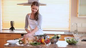 faire la cuisine femme faire la cuisine hd stock 177 335 004 framepool