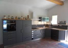 lave vaisselle en hauteur cuisine cuisine modèle gris métallique plan de travail en bois evier d