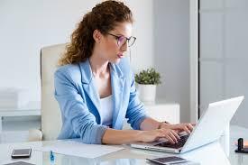 femme de bureau femme d affaires travaillant avec ordinateur portable au