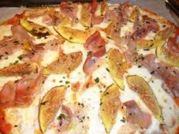 cuisiner des figues fraiches pizza aux figues fraîches mozzarella et jambon cru recette ptitchef