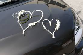 deco mariage voiture 2 coeurs rotin et fleurs parme deco voiture mariage