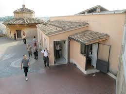 alla cupola di san pietro le toilettes sul terrazzo alla base della cupola della basilica di