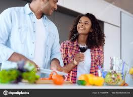 femme dans la cuisine homme noir et femme dans la cuisine à la maison ils préparent le