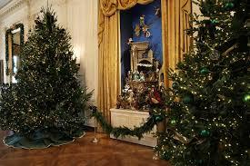 donald trump white house decor photos of trump u0027s vs obama u0027s white house christmas decorations