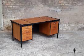 grand bureau en bois bureau vintage plateau verre fumé noir pied métal