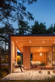 auvent en bois pour terrasse terrasse couverte bardage en bois extérieur et chaise design