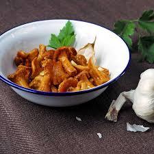 cuisine girolles recette poêlée de girolles cuisine madame figaro