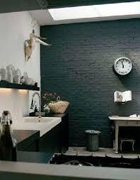 cuisine mur noir mur de briques peint en noir dans une cuisine blanche