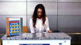 bureau d enregistrement personnel femelle d aéroport vérifiant le passeport au bureau d
