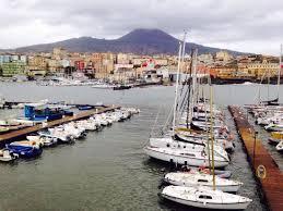 torre greco porto terra tra il vesuvio e il mar foto di porto di torre