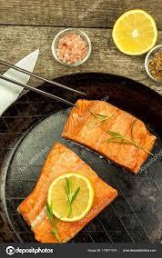 cuisiner saumon congelé saumon congelé sur la table de la cuisine aliments diététiques