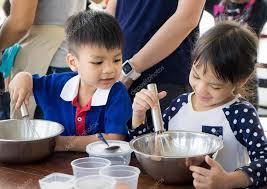 cours de cuisine en famille enfants asiatiques bénéficiant d enseignement cours de cuisine ils