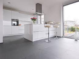 weisse küche weisse küche mit metallelementen auf schieferfliese grey slate mit