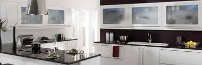 cuisine marron et blanc porte cintres en laiton fantaisie réfrigérateur blanc à 2 portes