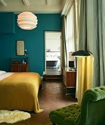 couleur bleu chambre peinture murale couleur mur bleu petrole canapé vert couverture
