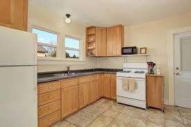 cuisine couleur miel intérieur lumineux de pièce de cuisine avec les coffrets de couleur