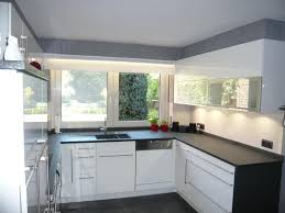 hochglanz küche küche in weiß hochglanz mit natursteinplatte nero assoluto