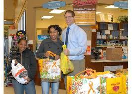 shoprite of parkville distributes thanksgiving dinners the