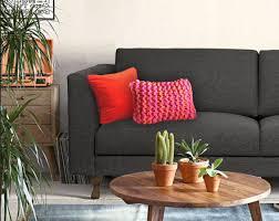 coussin pour canapé gris personnaliser un canapé gris foncé avec des coussins