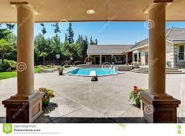 Modern Back Yard Modern Backyard With Swimming Pool In American Mansion Stock Photo
