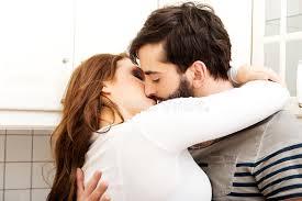 baise cuisine beaux couples heureux embrassant dans la cuisine photo stock