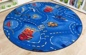 teppich kinderzimmer rund für rasante abenteuer im kinderzimmer der schöne cars teppich in