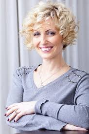 short curley hairstyles for middle aged women 21 short curly hairstyles for women over 50 feed inspiration