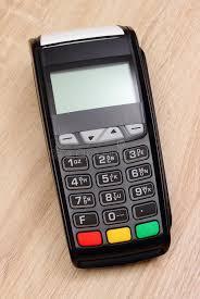 le bureau carte terminal de paiement machine de carte de crédit sur le bureau